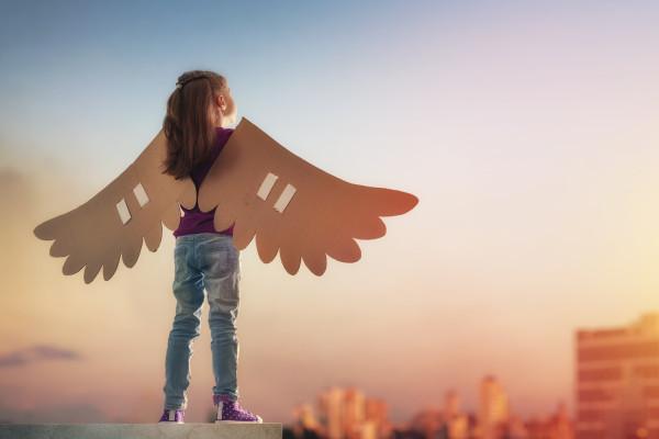 飛ぼうとしている少女